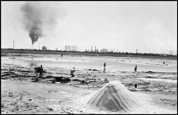 استخراج نمک در بیابان های آبادان در نزدیکی پالایشگاه