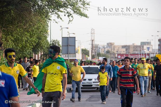 شادی مردم آبادان برای برد صنعت نفت و راهیابی این تیم به لیگ برتر فوتبال کشور